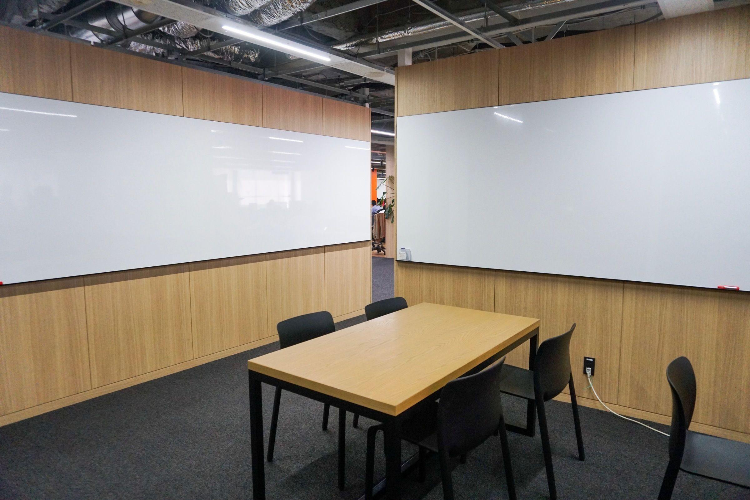 社内デスク・会議室